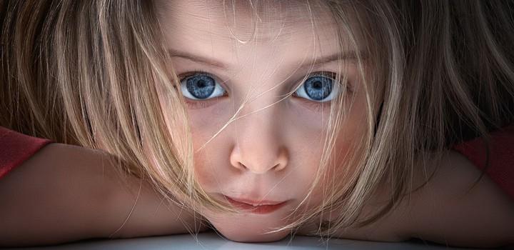 ребенок бьет себя - фото 1